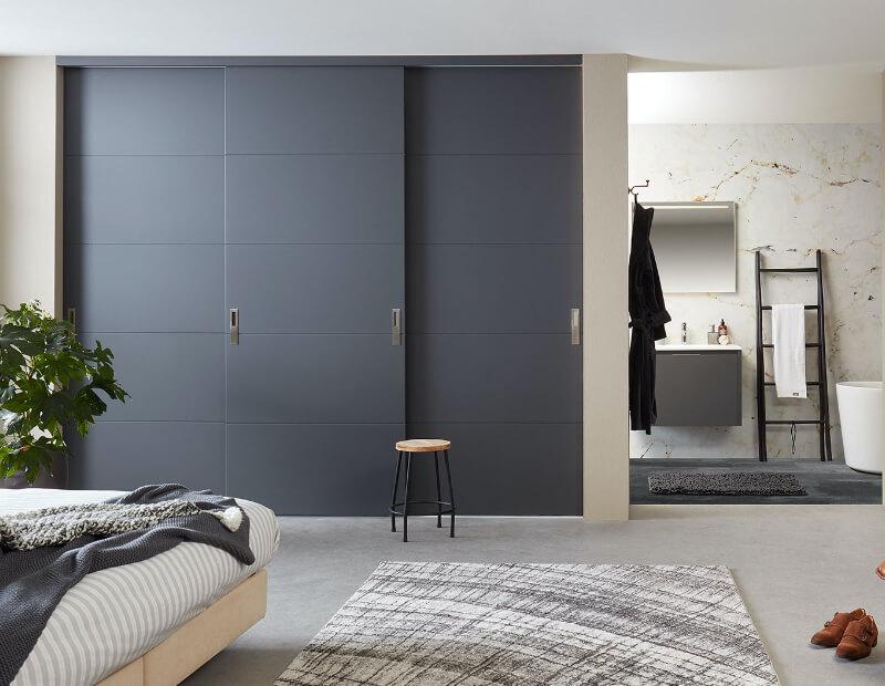 Rahmenlose Holzschiebetüren als Schrankschiebetüren im Stiltür Look