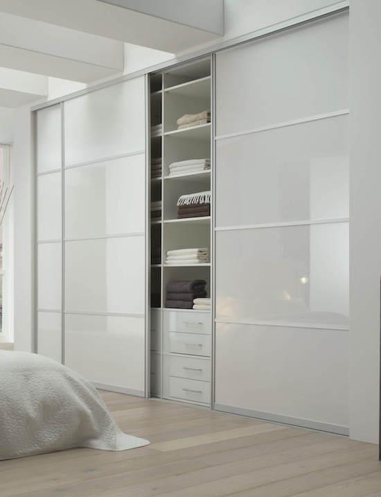 Schiebetür mit Schrank in Schlafzimmer mit weißer Hochglanzoptik Glasschiebetür