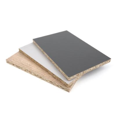 Stapel aus kleinen farbigen Spanplatten