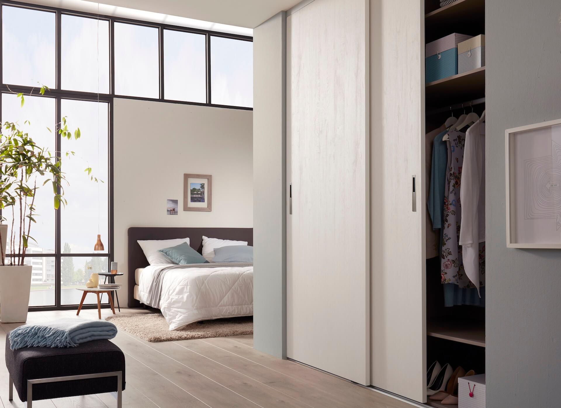 Rahmenlose Holzschiebetür Loft Schiebetür auf Maß in Weiß mit Holzstruktur