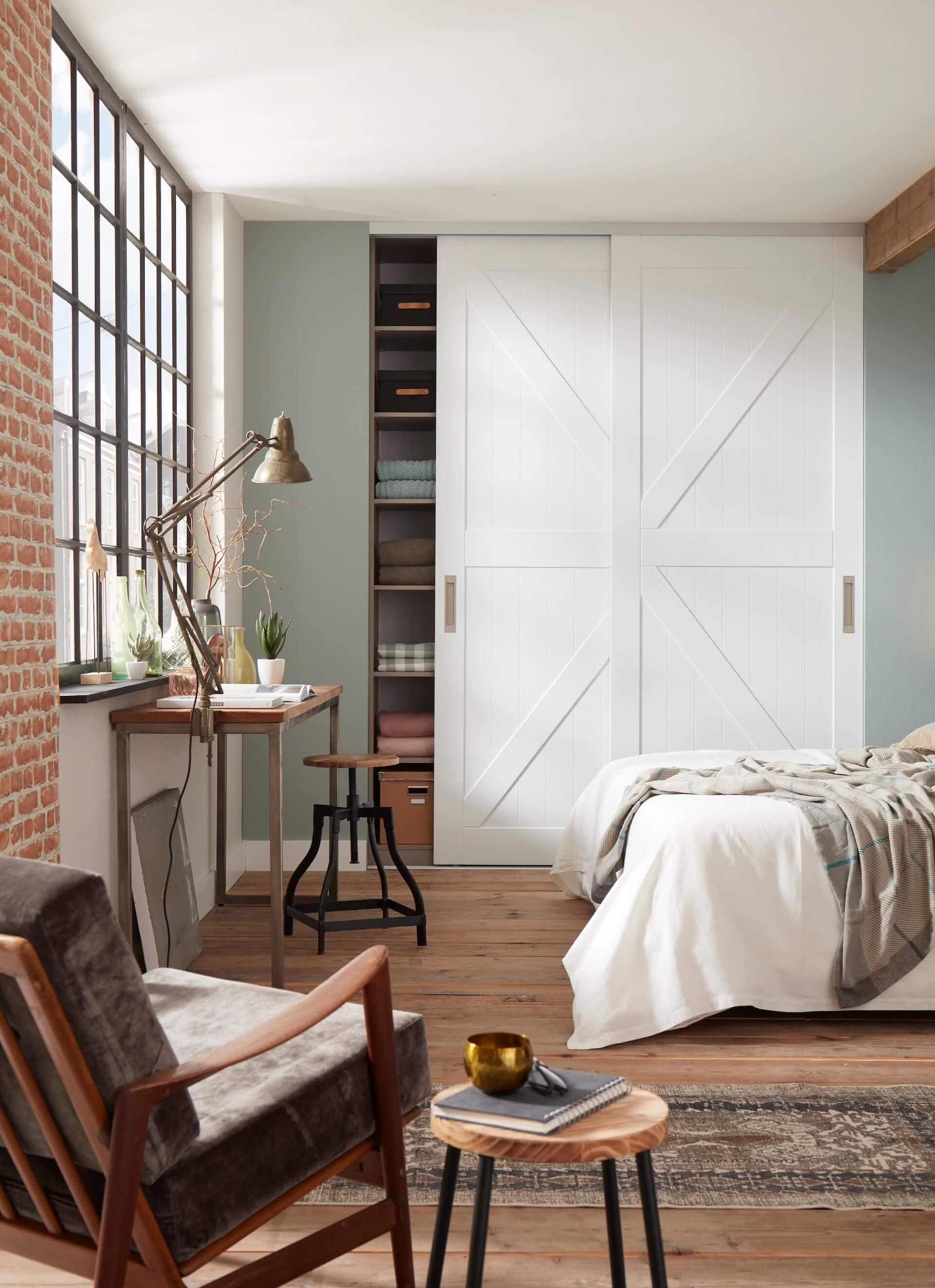 Rahmenlose Holzschiebetür Stiltür Schiebetür auf Maß in Weiß als Barntür