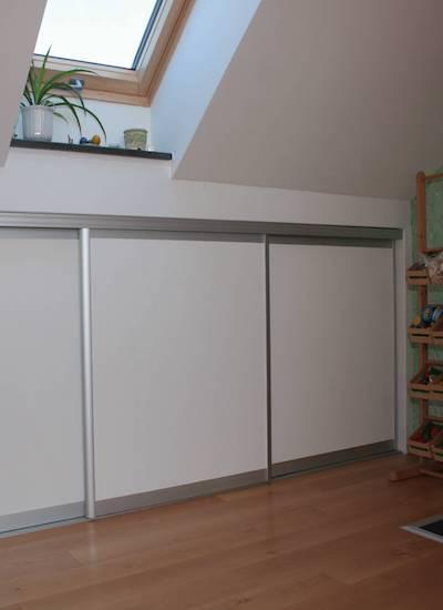 Drempelschiebetüren von hibitaro unter dem Kniestock als weiße Holzschiebetür