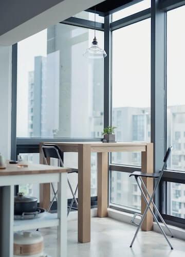 Window Walls im Wohnzimmer mit toller Aussicht