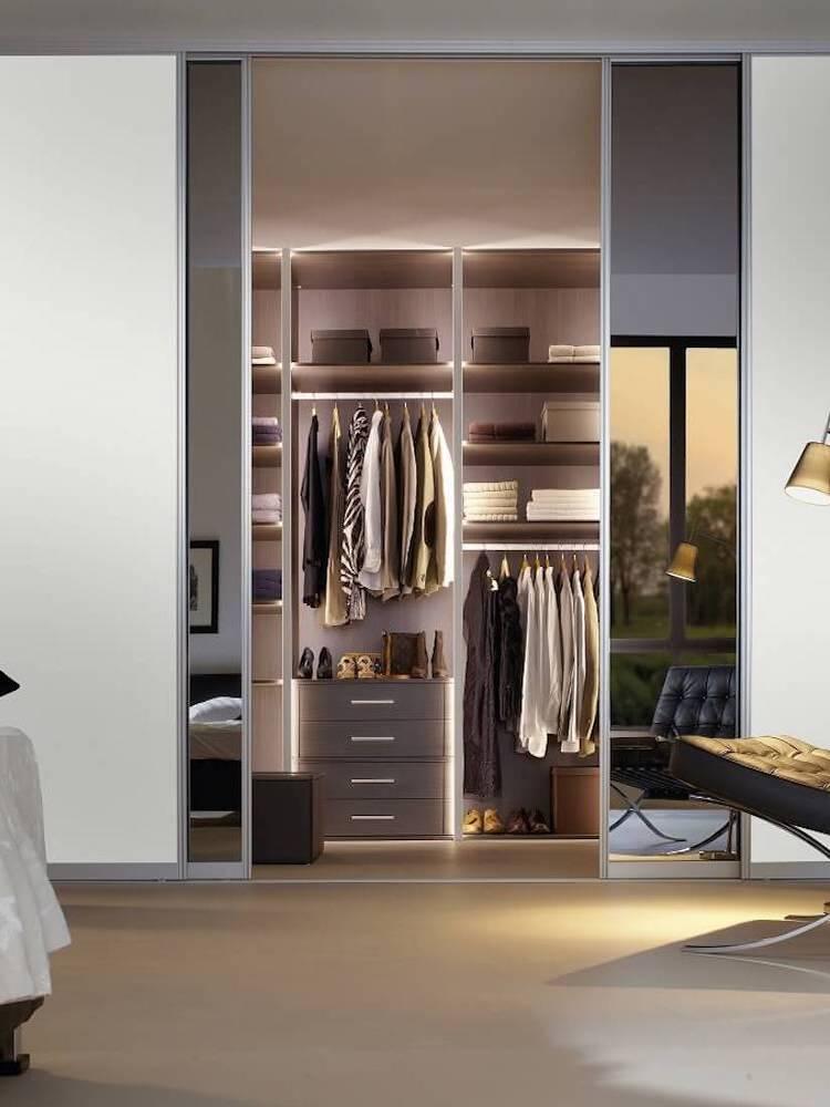 Begehbarer Kleiderschrank mit Aluminiumschiebetüren und Spiegel