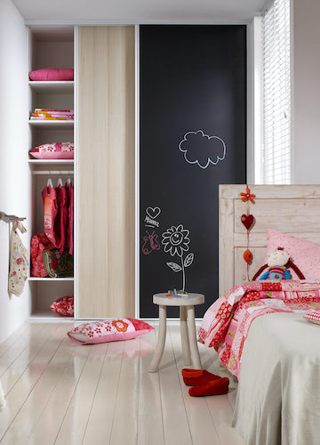 Schrankschiebetür Möbelschiebetür im Kinderzimmer mit Kreidetafel