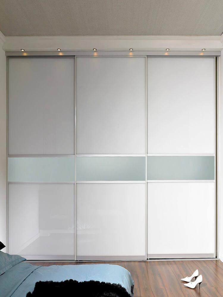 Raumteiler mit Füllungsteilung Raumteiler als Glasschiebetür und Holzschiebetür kombiniert