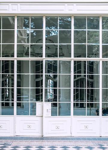 Fassadengestaltung durch weiße Window Walls Glaselemente