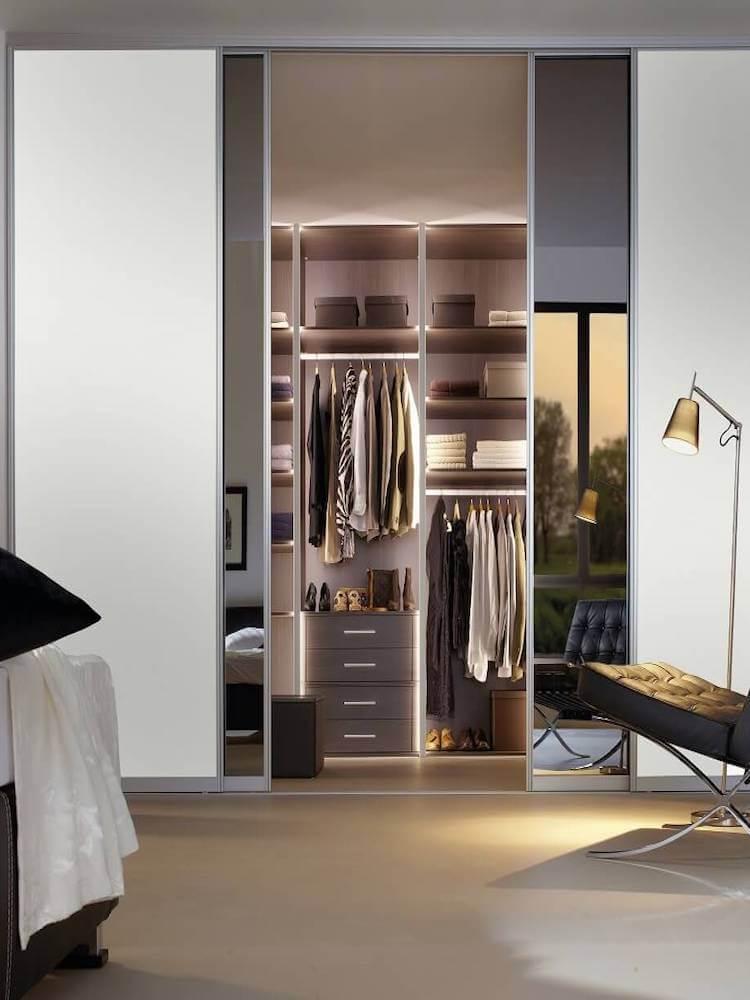 Raumteiler Schiebetür zur Abtrennung eines begehbaren Kleiderschranks